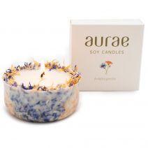 Sojų vaško žvakė su rugiagėlių ir medetkų žiedlapiais