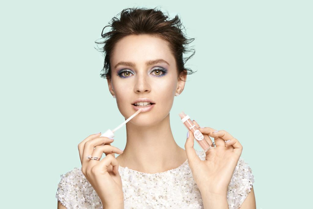 BEAUTYLIFESTYLE_BeautyVisual_FrozenGlam_MakeupLook_Lipgloss_Xmas_30082020_RGB